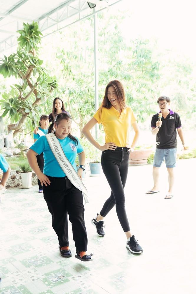 Hoa hậu Hoàn vũ Việt Nam Khánh Vân đeo sash của mình cho em nhỏ bị khuyết tật và dạy catwalk-6