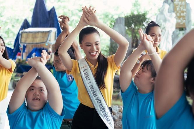Hoa hậu Hoàn vũ Việt Nam Khánh Vân đeo sash của mình cho em nhỏ bị khuyết tật và dạy catwalk-7