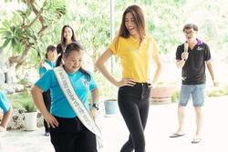 Hoa hậu Hoàn vũ Việt Nam Khánh Vân đeo sash của mình cho em nhỏ bị khuyết tật và dạy catwalk