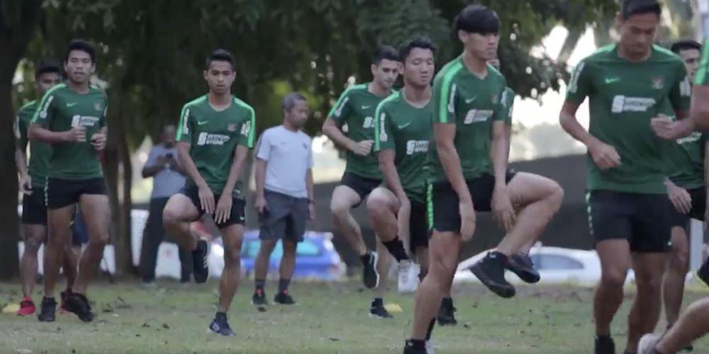 Thủ môn Indonesia cười nhếch mép bí hiểm khi thấy phóng viên, ém chiến thuật cho trận chiến sinh tử với U22 Việt Nam-2