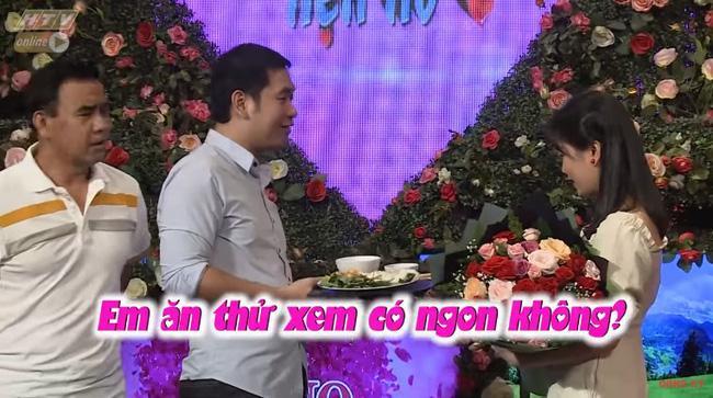 Chàng trai mang bún đậu mắm tôm đi tỏ tình bạn gái nhưng hành động của 2 MC Quyền Linh và Hồng Vân mới buồn cười-7