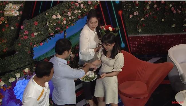Chàng trai mang bún đậu mắm tôm đi tỏ tình bạn gái nhưng hành động của 2 MC Quyền Linh và Hồng Vân mới buồn cười-8