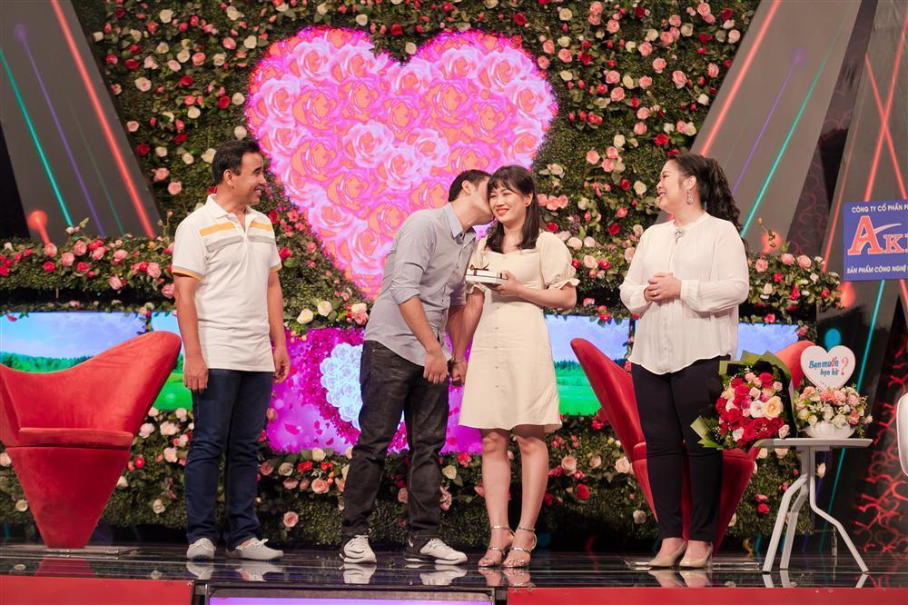 Chàng trai mang bún đậu mắm tôm đi tỏ tình bạn gái nhưng hành động của 2 MC Quyền Linh và Hồng Vân mới buồn cười-9
