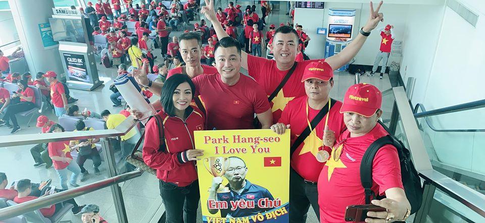 Phương Thanh - Lý Hùng sang Philippines cổ vũ U22 Việt Nam, con gái Lê Phương đội sẵn vòng nguyệt quế-2