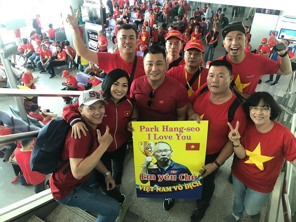 Phương Thanh - Lý Hùng sang Philippines cổ vũ U22 Việt Nam, con gái Lê Phương đội sẵn vòng nguyệt quế-4