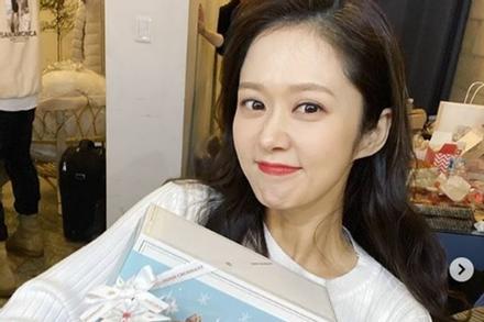 Khoe quà của người hâm mộ nhưng Jang Nara lại gây chú ý với nhan sắc quá long lanh