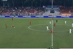 Clip cực hài: Đồng đội đang quỳ gối trên sân cầu nguyện, cầu thủ U22 Indonesia vẫn nhiệt tình phát bóng