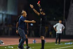 Hé lộ nguyên nhân HLV Park Hang Seo nhận thẻ đỏ trực tiếp trận gặp Indonesia