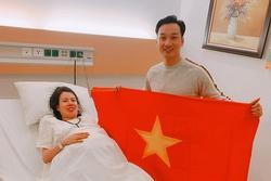 Vợ chồng Thành Trung nhập viện sinh con vẫn giương cao quốc kỳ mừng Việt Nam vô địch