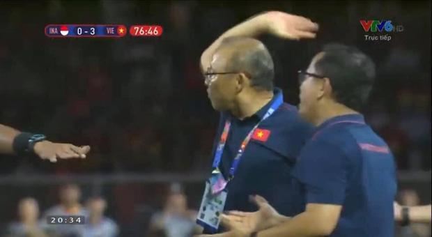 Nhận thẻ đỏ trực tiếp, khoảnh khắc cãi tay đôi cưng muốn xỉu của thầy Park với trọng tài giật mọi spotlight-5