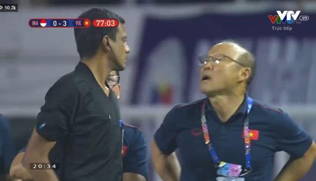 Nhận thẻ đỏ trực tiếp, khoảnh khắc cãi tay đôi cưng muốn xỉu của thầy Park với trọng tài giật mọi spotlight-6