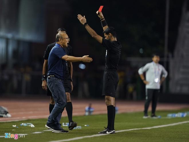 Nhận thẻ đỏ trực tiếp, khoảnh khắc cãi tay đôi cưng muốn xỉu của thầy Park với trọng tài giật mọi spotlight-1