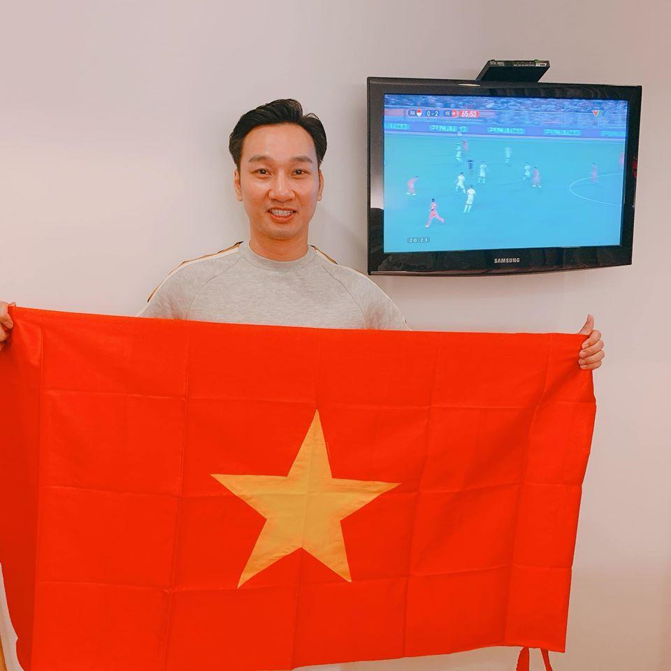Vợ chồng Thành Trung nhập viện sinh con vẫn giương cao quốc kỳ mừng Việt Nam vô địch-3