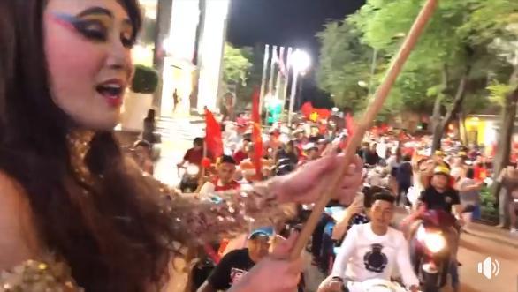 Sao Việt xuống đường ăn mừng bão vô địch: Huỳnh Lập nổi nhất phố với gương mặt dày cộp phấn son-1