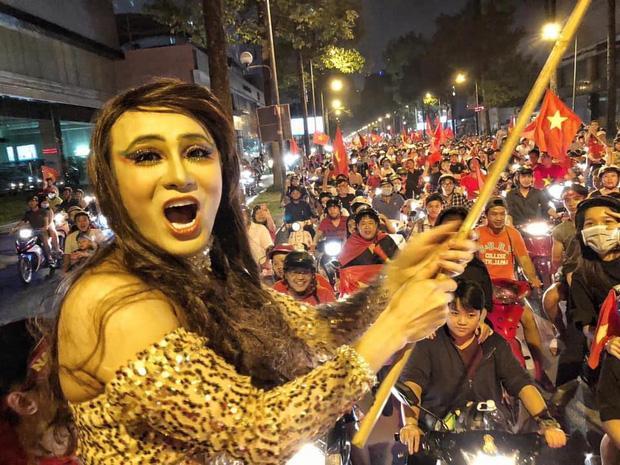 Sao Việt xuống đường ăn mừng bão vô địch: Huỳnh Lập nổi nhất phố với gương mặt dày cộp phấn son-2