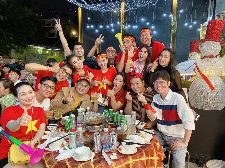 Sao Việt xuống đường ăn mừng bão vô địch: Huỳnh Lập nổi nhất phố với gương mặt dày cộp phấn son-4