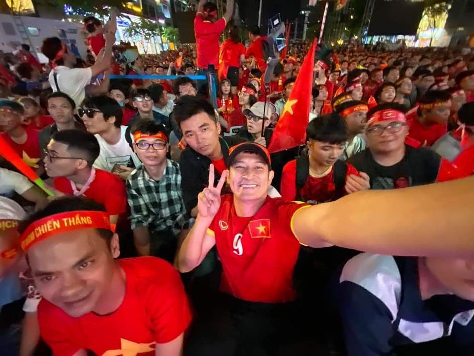 Sao Việt xuống đường ăn mừng bão vô địch: Huỳnh Lập nổi nhất phố với gương mặt dày cộp phấn son-8