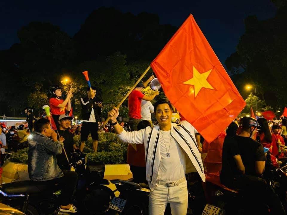 Sao Việt xuống đường ăn mừng bão vô địch: Huỳnh Lập nổi nhất phố với gương mặt dày cộp phấn son-9