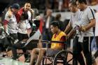 Va chạm với Văn Hậu, ngôi sao của Indonesia phải ngồi xe lăn ra nhận huy chương bạc