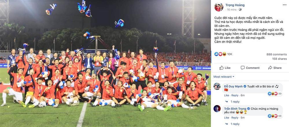 Hình ảnh Trọng Hoàng vai khoác Quốc kỳ, mặt trầm ngâm khi đồng đội ăn mừng làm fans chạnh lòng-2