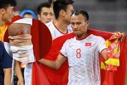 Hình ảnh Trọng Hoàng vai khoác Quốc kỳ, mặt trầm ngâm khi đồng đội ăn mừng làm fans chạnh lòng