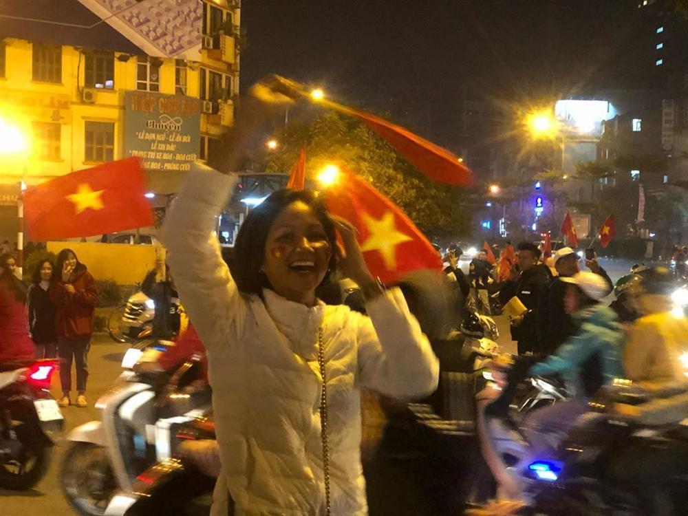 Hoa hậu bình dân HHen Niê để mặt mộc đi bão, ăn mặc giản dị đến mức khó nhận ra-2