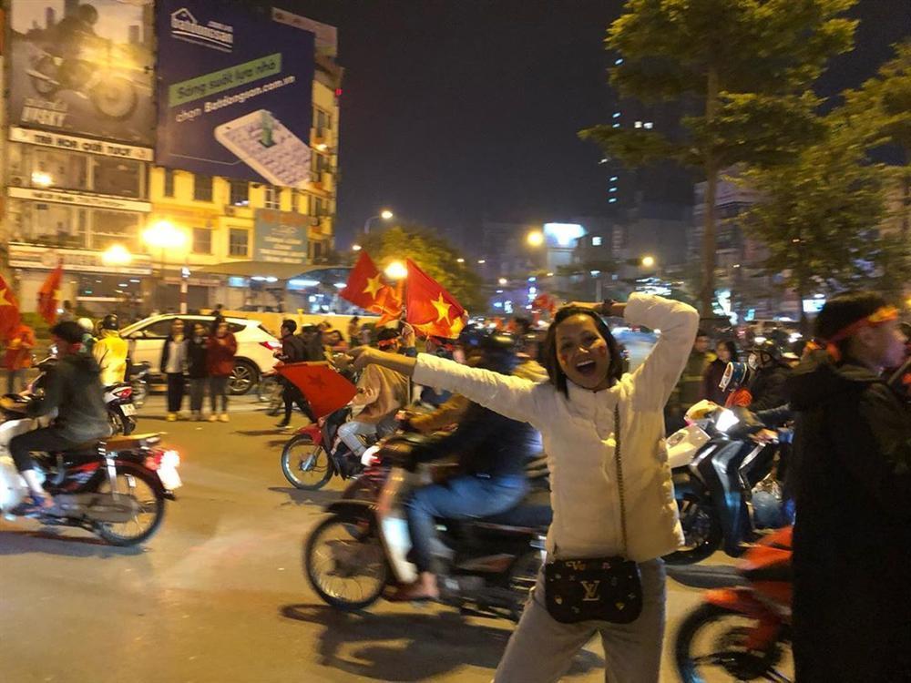 Hoa hậu bình dân HHen Niê để mặt mộc đi bão, ăn mặc giản dị đến mức khó nhận ra-3