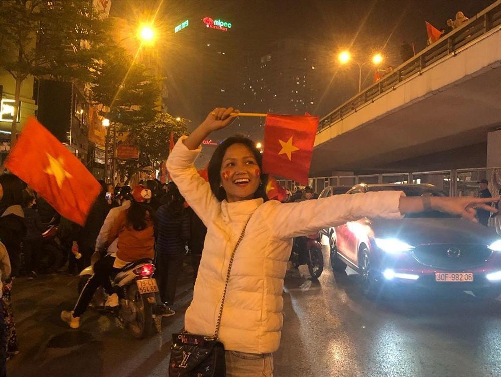 Hoa hậu bình dân HHen Niê để mặt mộc đi bão, ăn mặc giản dị đến mức khó nhận ra-6