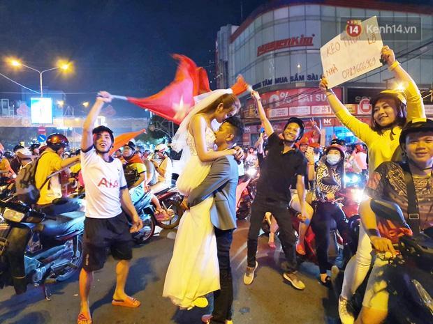 Clip: Trong đêm Hà Nội rực lửa, các cặp đôi tranh thủ xuống phố check in nụ hôn, chụp ảnh cưới khi đi bão-2