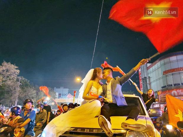 Clip: Trong đêm Hà Nội rực lửa, các cặp đôi tranh thủ xuống phố check in nụ hôn, chụp ảnh cưới khi đi bão-4