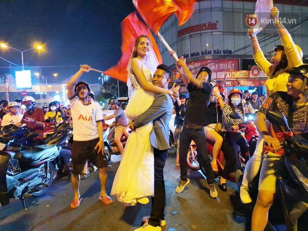 Clip: Trong đêm Hà Nội rực lửa, các cặp đôi tranh thủ xuống phố check in nụ hôn, chụp ảnh cưới khi đi bão-1