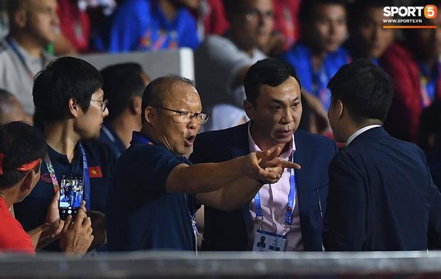 Nhận thẻ đỏ phải rời sân, HLV Park Hang Seo bị CĐV Indonesia hăm dọa, đòi tấn công trên khán đài-2