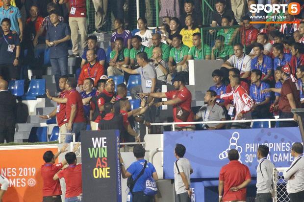 Nhận thẻ đỏ phải rời sân, HLV Park Hang Seo bị CĐV Indonesia hăm dọa, đòi tấn công trên khán đài-1