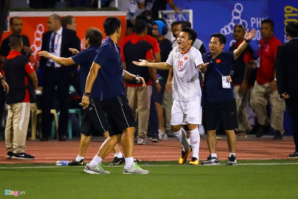 GÓC HÀI HƯỚC: Quang Hải vừa khởi động chuẩn bị vào sân trận gặp Indonesia, trọng tài thổi còi báo hết trận-3