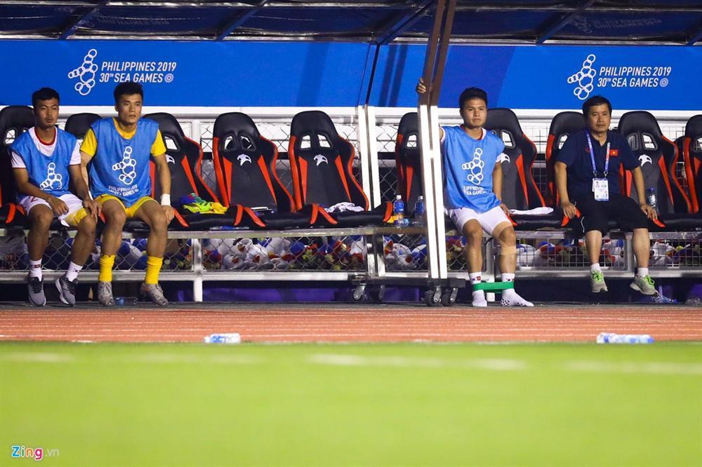 GÓC HÀI HƯỚC: Quang Hải vừa khởi động chuẩn bị vào sân trận gặp Indonesia, trọng tài thổi còi báo hết trận-1