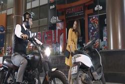 Dân mạng phát cuồng vì câu thoại 'Anh mua cả xe máy để đi cùng em' của Bảo trong 'Hoa hồng trên ngực trái'