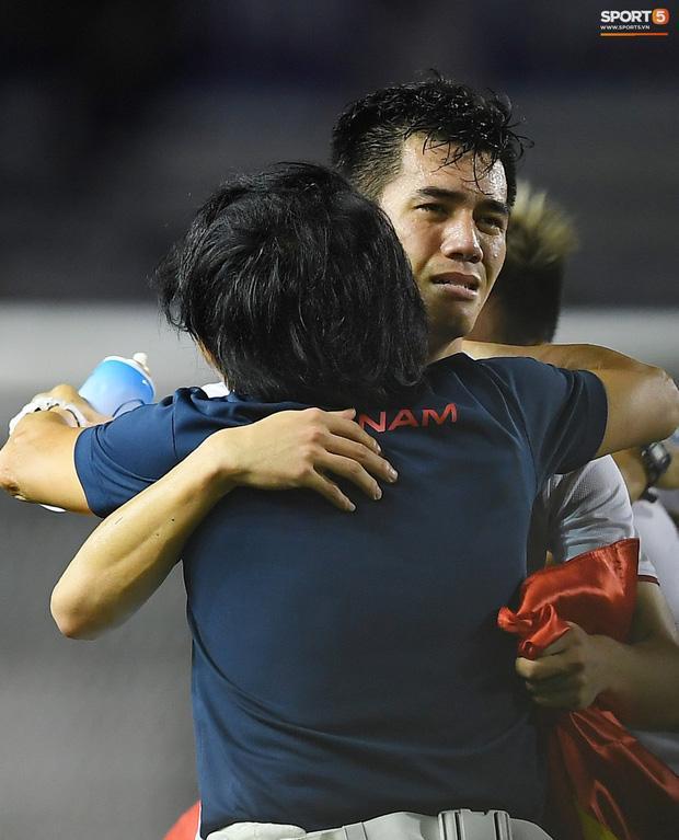 Cầu thủ U22 Việt Nam bật khóc ôm những người hùng thầm lặng góp phần làm nên chiến thắng lịch sử-1