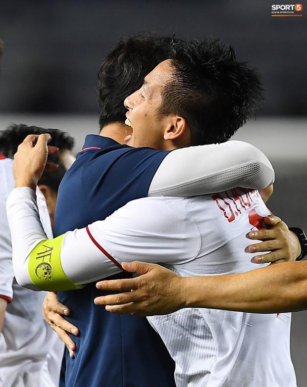 Cầu thủ U22 Việt Nam bật khóc ôm những người hùng thầm lặng góp phần làm nên chiến thắng lịch sử-2