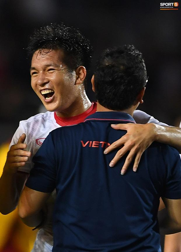 Cầu thủ U22 Việt Nam bật khóc ôm những người hùng thầm lặng góp phần làm nên chiến thắng lịch sử-3