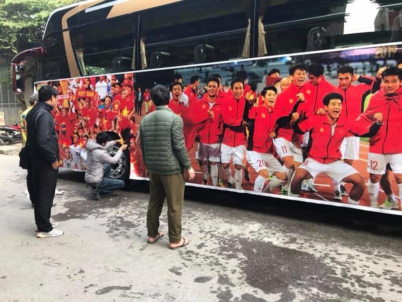 Đoàn xe đã sẵn sàng để đón các chàng trai, cô gái vàng của Việt Nam trở về-1