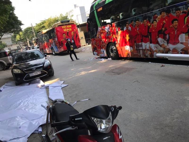 Đoàn xe đã sẵn sàng để đón các chàng trai, cô gái vàng của Việt Nam trở về-3