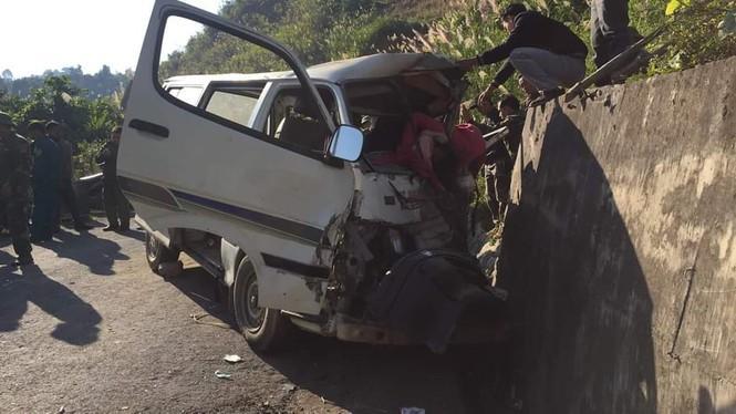Xe chở người khuyết tật bất ngờ mất lái đâm vào vách núi khiến 2 người chết, 3 người bị thươn-2