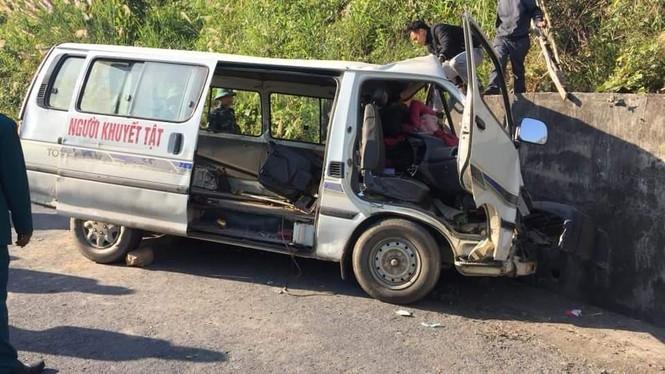 Xe chở người khuyết tật bất ngờ mất lái đâm vào vách núi khiến 2 người chết, 3 người bị thươn-1