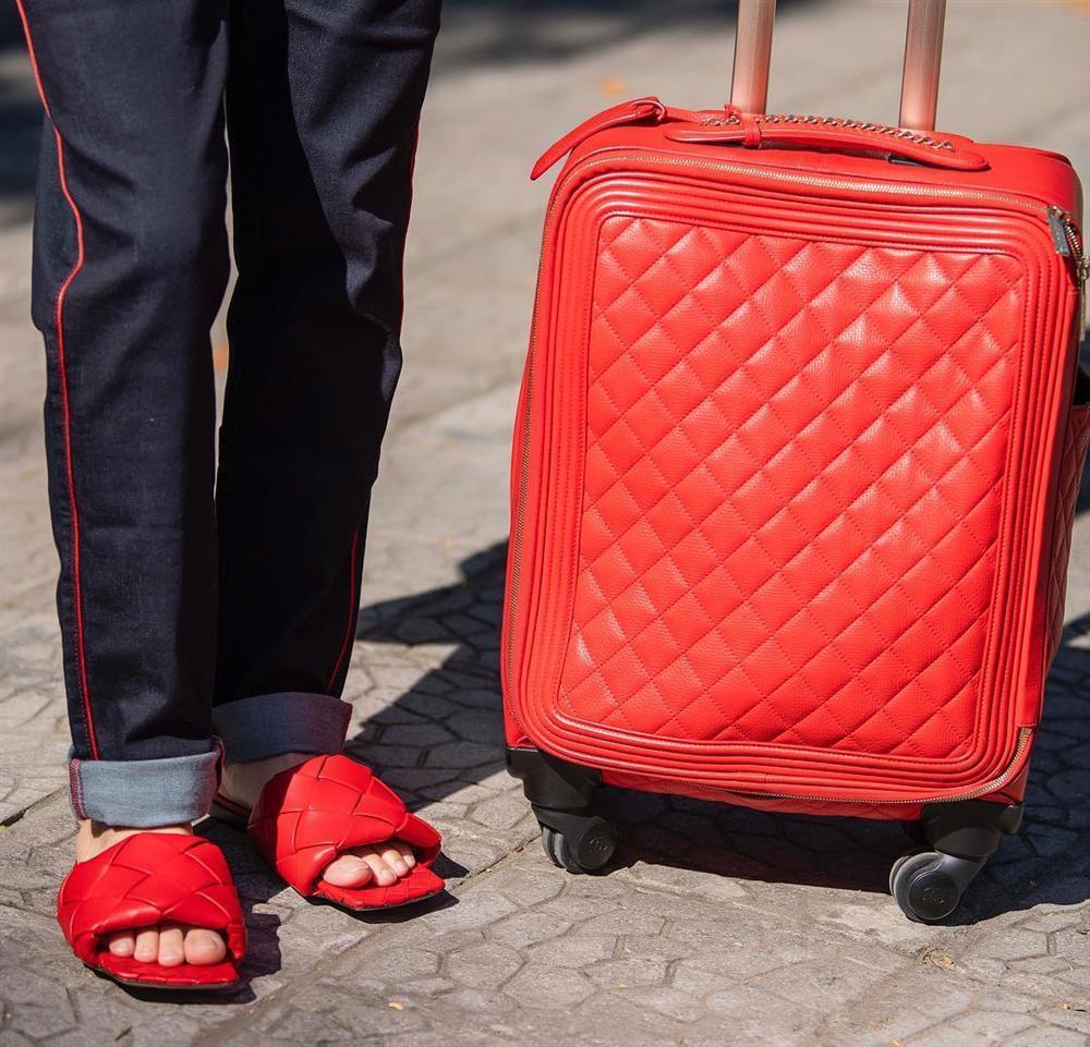 Đi dép lê giá 30 triệu đồng mà như hàng chợ, Phượng Chanel gợi nhớ trend giày đỏ dân chơi-3