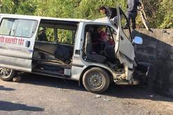 Hiện trường thương tâm vụ xe chở đoàn người khuyết tật đâm vào vách núi ở Nghệ An