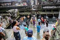 Hồ nước thánh hút khách đến tắm ở đền thiêng Indonesia