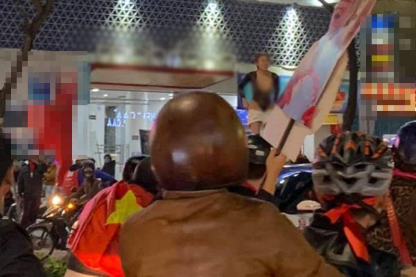 MXH dậy sóng hình ảnh cô gái trẻ lấy cớ mừng chiến thắng U22 Việt Nam, lột đồ phản cảm giữa đường-1