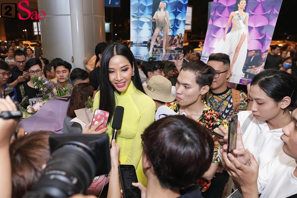 Hoàng Thùy mặc áo dài về nước sau Miss Universe, khiến sân bay tưng bừng lúc nửa đêm-10