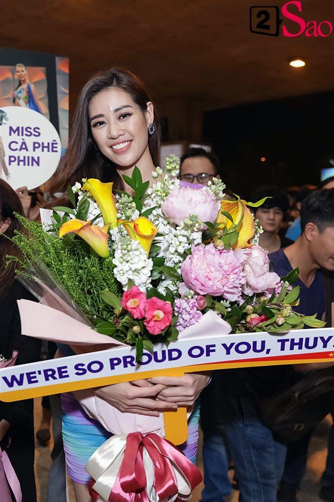 Hoàng Thùy mặc áo dài về nước sau Miss Universe, khiến sân bay tưng bừng lúc nửa đêm-2
