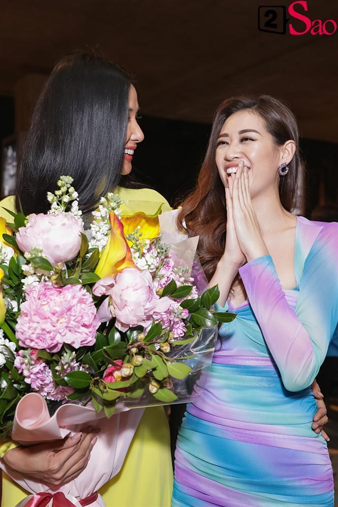 Hoàng Thùy mặc áo dài về nước sau Miss Universe, khiến sân bay tưng bừng lúc nửa đêm-3